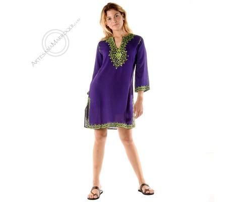 Camisa larga violeta con bordados verdes