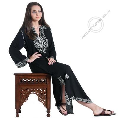 Gandora manga larga de color negro con bordados blancos y pedrería