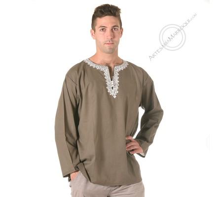 Camisa caqui con bordados blancos