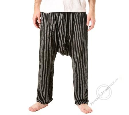 Pantalones cagados de lineas negras gruesas