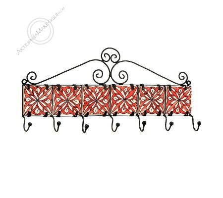 Perchero de forja de siete ganchos con azulejos rojos