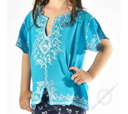 Camisa celeste con bordados blancos