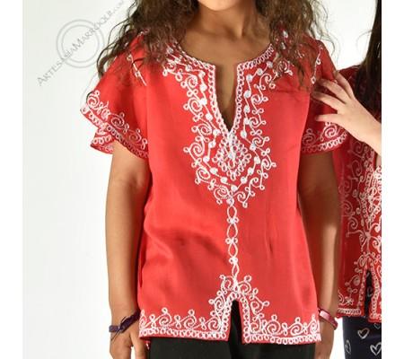 Camisa roja con bordados blancos